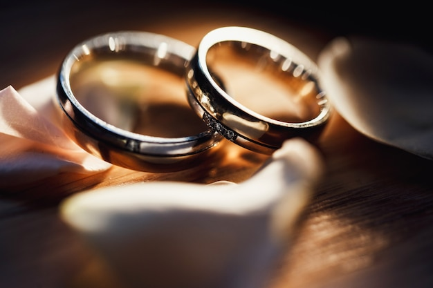 Złote obrączki ślubne na płatkach