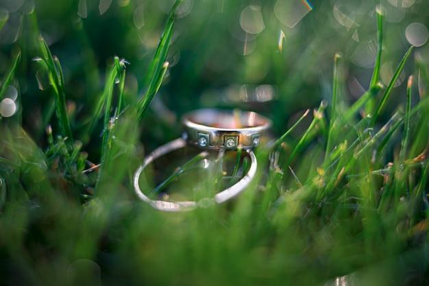 Złote obrączki ślubne na trawie