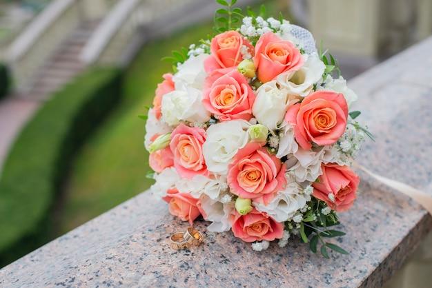 Złote obrączki ślubne na uroczystość