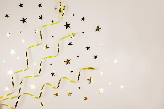 Złote ozdoby świąteczne na białym tle. koncepcja pozdrowienia świąteczne.