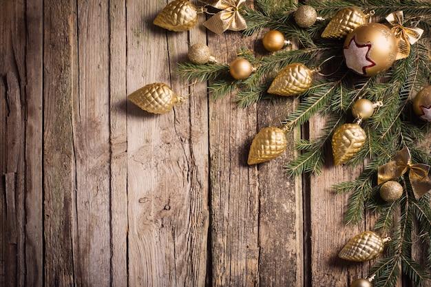Złote ozdoby świąteczne na stare drewniane tła