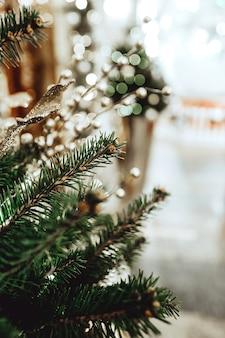 Złote ozdoby świąteczne na świerkowych gałązkach świąteczny nastrój piękny bokeh