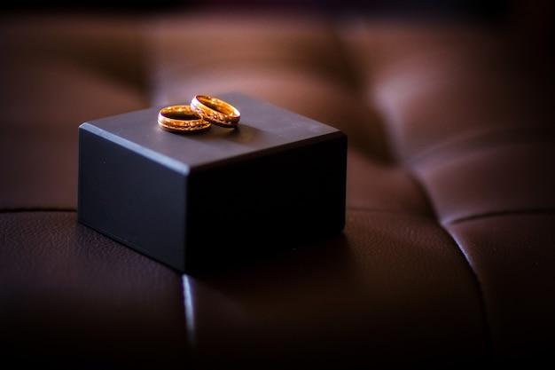 Złote pierścienie na skórzanej sofie