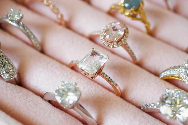 Złote pierścionki z brylantami w pudełku