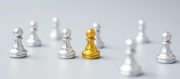 Złote pionki szachowe lub lider biznesmena wyróżniają się z tłumu ludzi srebrnych mężczyzn. koncepcja przywództwa, biznesu, zespołu, pracy zespołowej i zarządzania zasobami ludzkimi