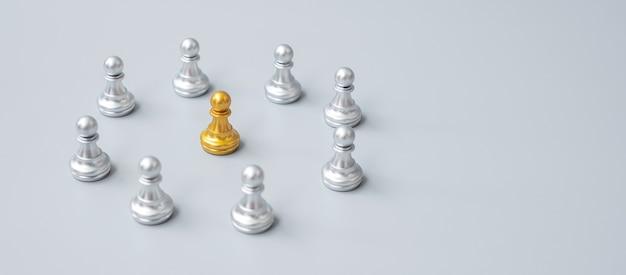 Złote pionki szachowe