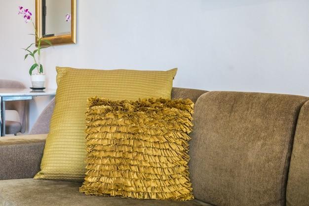 Złote poduszki na kanapie