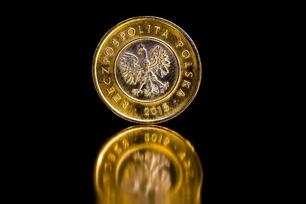 Złote polskie w postaci monet metalowych, prawnym środkiem płatniczym w polsce używanym do płatności w państwie, piękne zbliżenie monet, nominał 2 złote