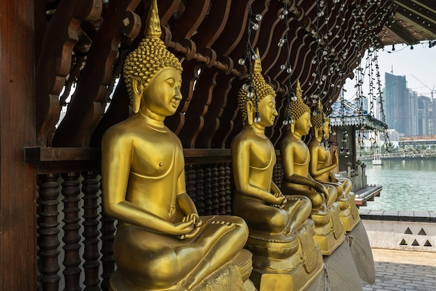 Złote posągi buddy w świątyni seema malaka w mieście colombo