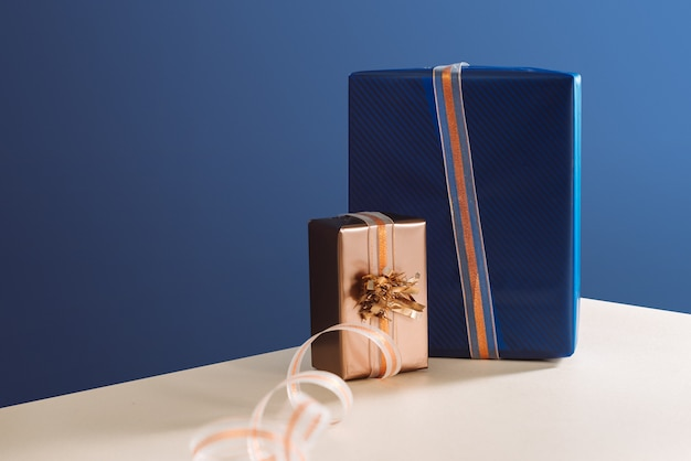 Złote pudełko i niebieskie pudełko prezenty na boże narodzenie prezenty pod choinkę