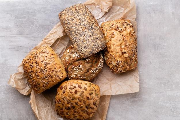 Złote rustykalne chrupiące bochenki chleba i bułki