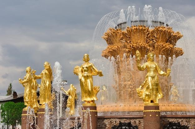 Złote rzeźby fontanny przyjaźni narodów w parku