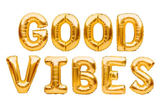 Złote słowa dobre wibracje wykonane z nadmuchiwanych balonów na białym tle. litery balonu złotej folii. good vibes retro slogan, słynny cytat, koncepcja wakacji