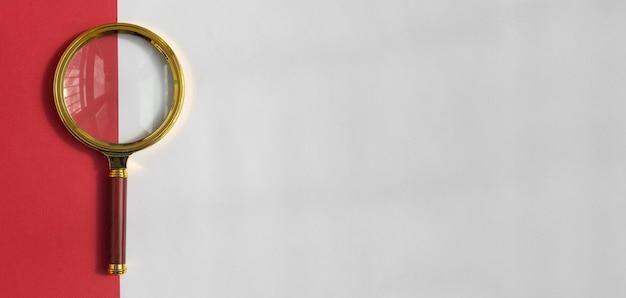 Złote soczewki powiększające nad biało-czerwony sztandar z copyspace.