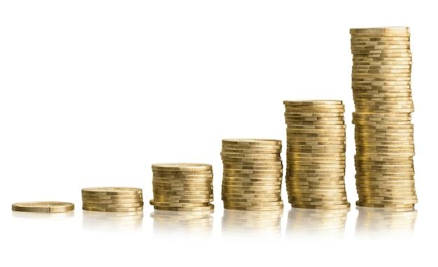 Złote stosy monet na tle