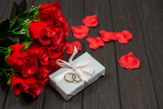 Złote świąteczne obrączki ślubne na walentynki 8 marca na podłoże drewniane