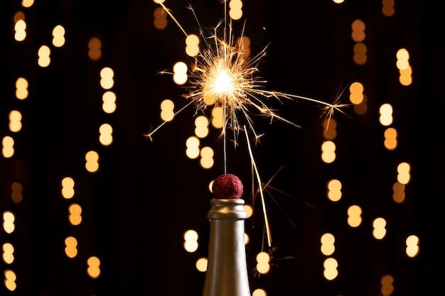Złote światła i fajerwerki zapalają się w nocy