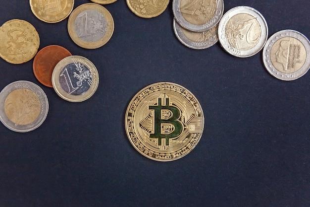 Złote symboliczne monety bitcoinów na monetach euro