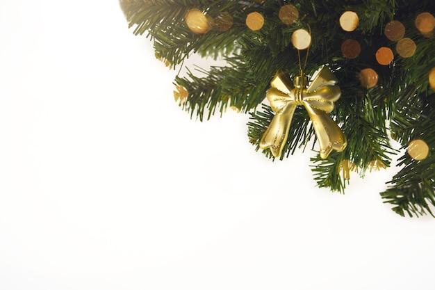 Złote Tło Boże Narodzenie Nieostre światła Z Ozdobione Drzewem. Dekoracje Na Boże Narodzenie 2021. Premium Zdjęcia