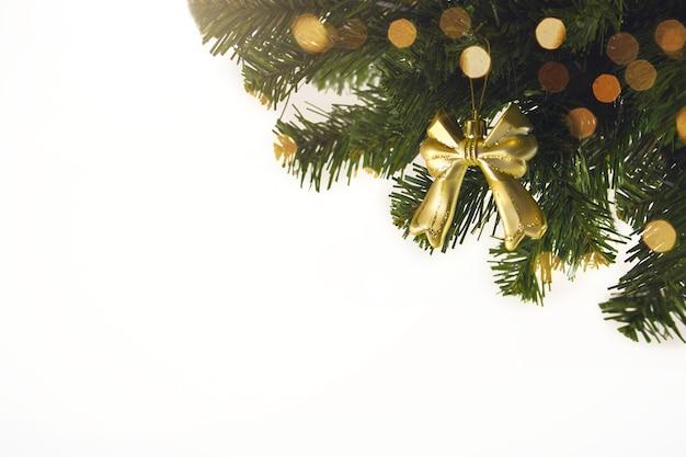 Złote tło boże narodzenie nieostre światła z ozdobione drzewem. dekoracje na boże narodzenie 2021.