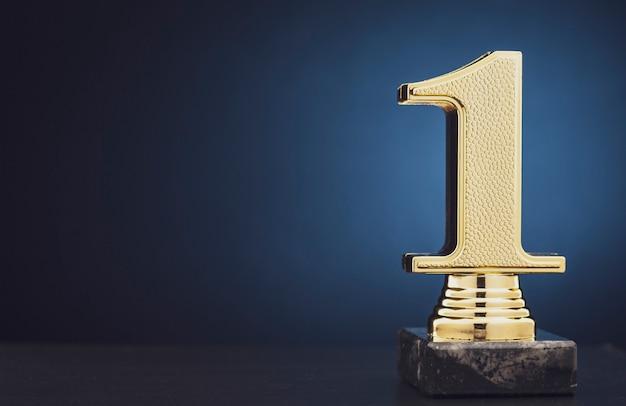 Złote trofeum mistrza lub zwycięzcy nad niebieskim