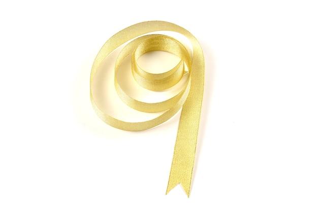 Złote wstążki na białym tle.