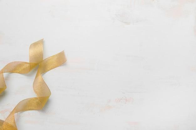 Złote wstążki na stole