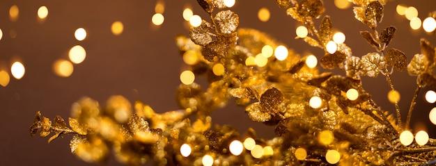 Złote wzory na brązowym tle