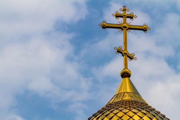 Złotej kopuły ortodoksyjny kościół na niebieskim niebie