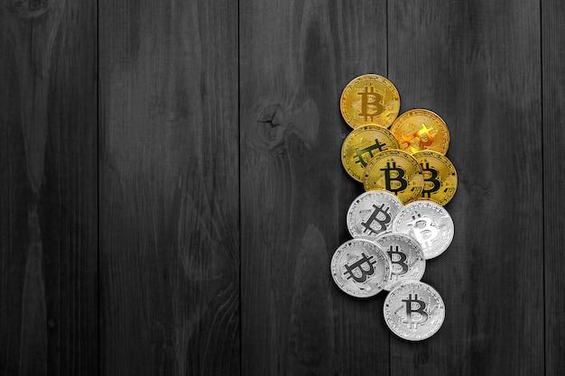 Złoto bitcoin na drewnianym stole