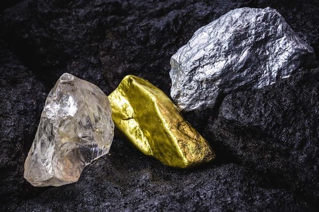Złoto, srebro i surowy diament, kamienie i metale szlachetne w kopalni węgla, koncepcja myeralogii