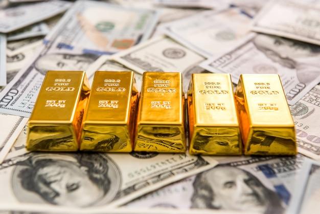 Złoto w sztabach leżące na nas pieniądze