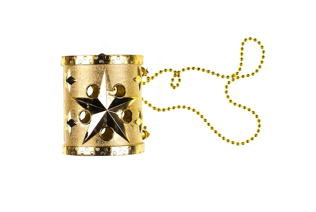 Złoty bęben świąteczny na białym tle