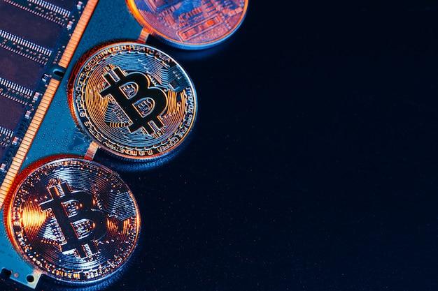 Złoty bitcoin i chip komputerowy w czarnym tle