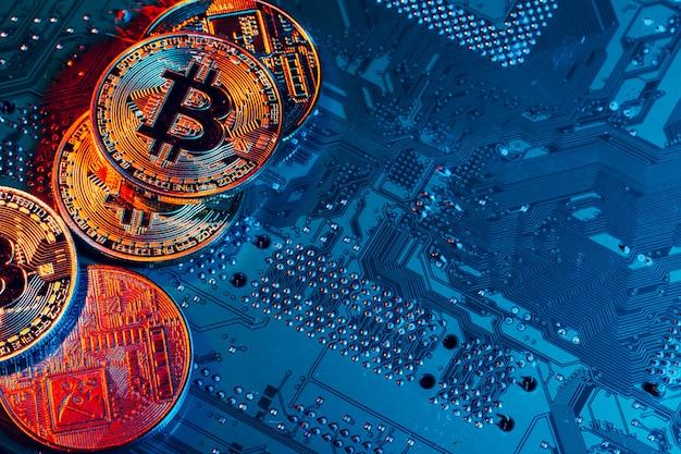 Złoty bitcoin i chip komputerowy w tle