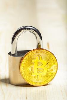 Złoty bitcoin i kłódka