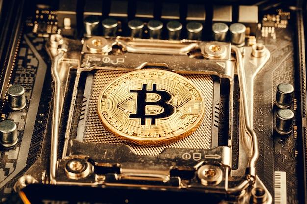 Złoty bitcoin i układ komputerowy