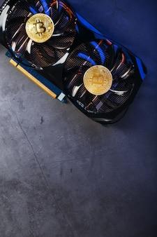 Złoty bitcoin na chłodnicy karty graficznej na ciemnym tle widok z góry koncepcja wydobycia i wydobycia kryptowaluty urządzenie farmy kryptowalut