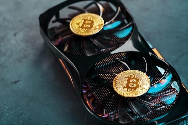 Złoty bitcoin na chłodnicy karty graficznej na ciemnym tle