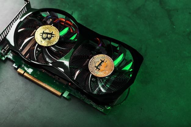 Złoty bitcoin na chłodnicy karty graficznej z zielonym neonowym oświetleniem w stylu cyberpunk. pojęcie kopania i kopania kryptowalut, urządzenie farmy kryptowalut.
