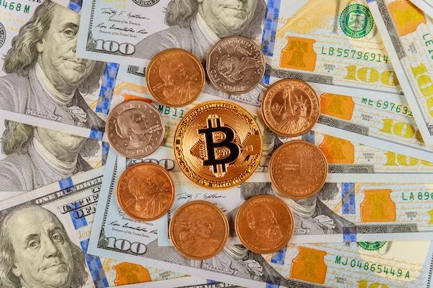 Złoty bitcoin na cyfrowej walucie dolarów amerykańskich z monetami jednego dolara amerykańskiego