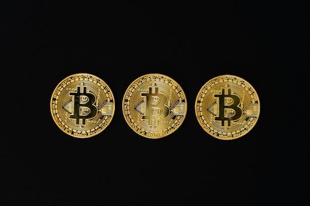 Złoty bitcoin na czarnym backround