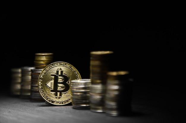 Złoty bitcoin na czarnym tle. koncepcyjne obraz kryptowaluty.