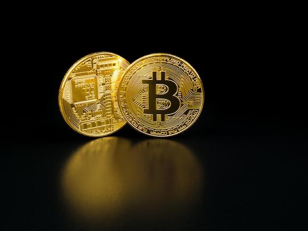 Złoty bitcoin na czarnym tle.