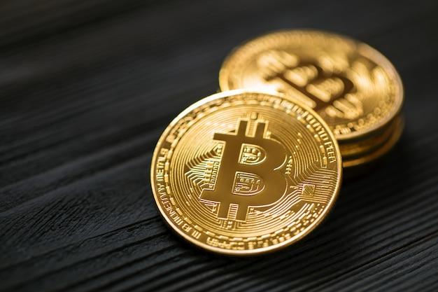 Złoty bitcoin na drewnianym tle