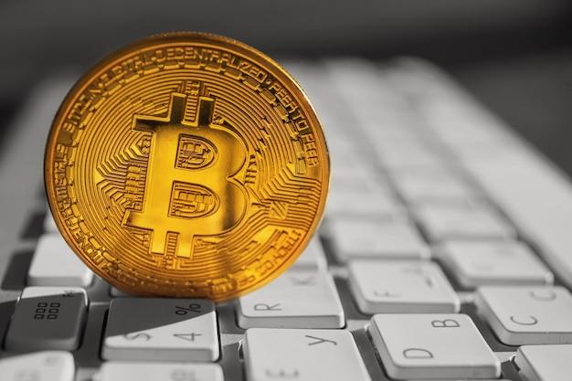 Złoty bitcoin na klawiaturze pc