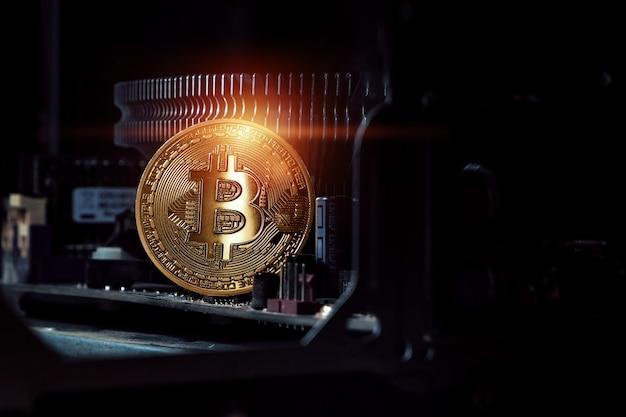 Złoty bitcoin na pokładzie komputera