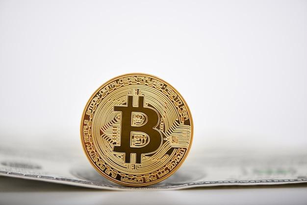 Złoty bitcoin prezentowany na banknocie dolara jako najważniejsza kryptowaluta na świecie.