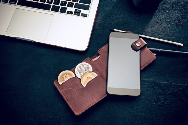 Złoty bitcoin, telefon, klawiatura