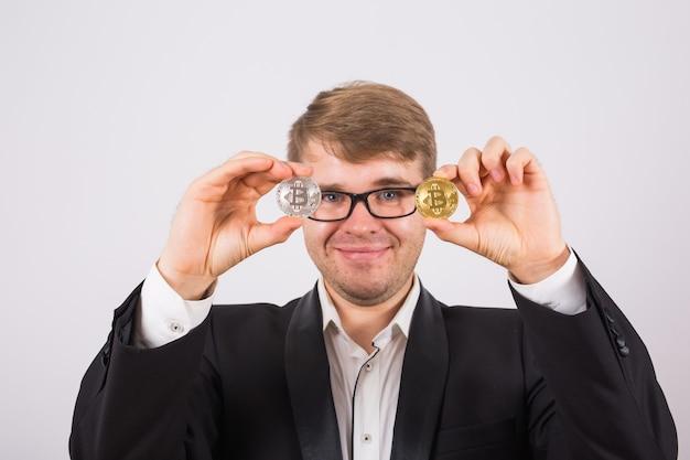 Złoty bitcoin w dłoni mężczyzny, cyfrowy symbol wirtualnej kryptowaluty.